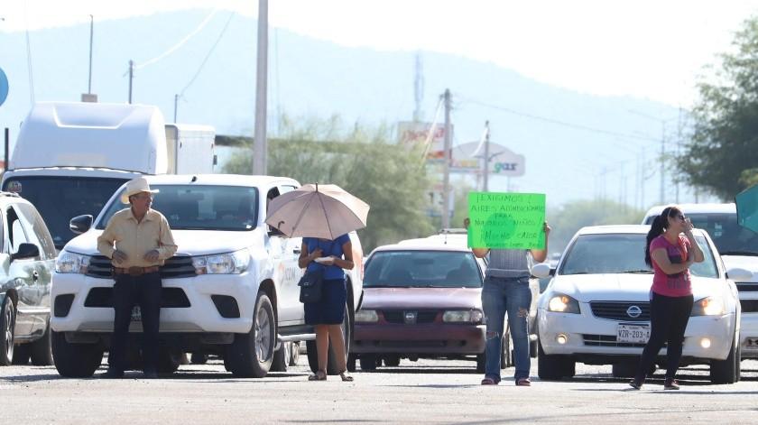 Los papás cerraron por unos minutos el paso del bulevar Zamorano y calle Alfonso López Riesgo, para exigir solución a los problemas de la escuela.(Teodoro Borbón)