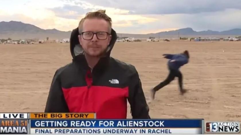 Hombre corriendo como Naruto interrumpe reportaje cerca del Área 51(Cortesía)