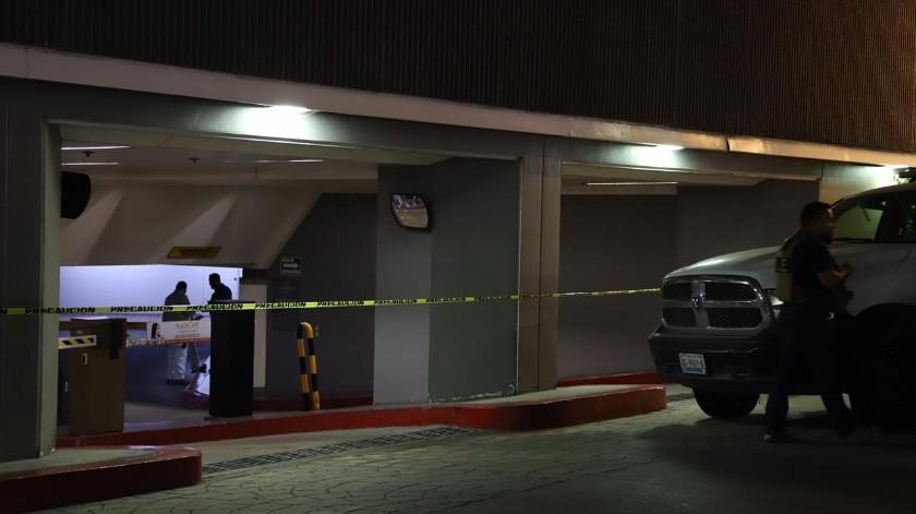 De forma extraoficial trascendió que el ahora occiso descendía de un elevador cuando fue atacado con arma de fuego.(Sergio Ortíz)