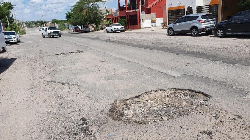 La calle Emiliano Zapata, entre Xólotl y López Mateos, está llena de baches.(Gamaliel González)
