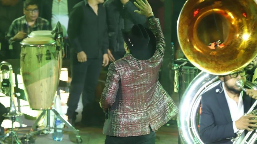 """Sin duda, Julión Álvarez sigue siendo """"el rey de la Taquilla"""" tal y como lo hizo una vez más en la primera de dos noches en el Palenque de la Feria Tijuana.(Sergio Ortiz)"""