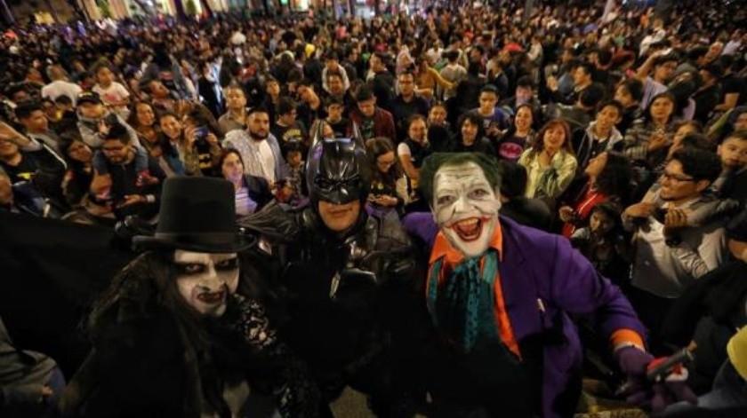 """Cientos de personas se dan cita hoy, sábado 21 de septiembre de 2019, en el Paseo de la Reforma para observar la """"batiseñal"""", como parte de los festejos de los 80 años de Batman.(EFE/Sáshenka Gutiérrez)"""