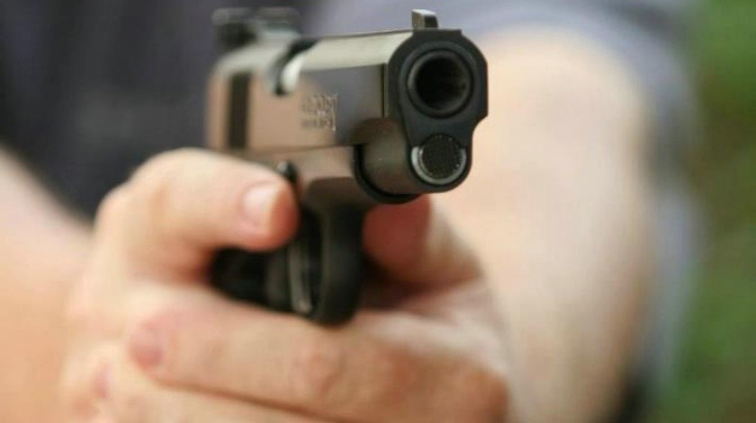 A su propia hija amenazó y apuntó con una pistola, según aseguró la esposa del agresor y madre de la víctima.(Banco Digital)