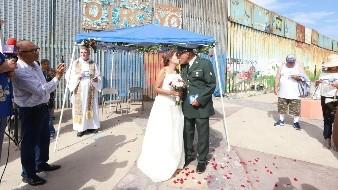 Frente al muro fronterizo en compañía de amigos, familiares y medios de comunicación el veterano de guerra José Francisco López y Flor Moreno unieron su vida en matrimonio.