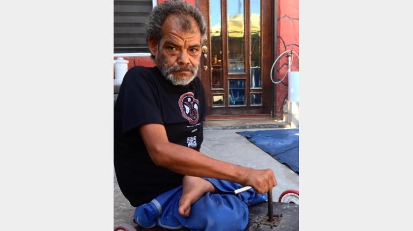 La poliomielitis que le dio a los seis meses de edad no le impidió desarrollarse como cualquier otro ser humano. Francisco Gutiérrez tiene 49 años de edad y desde hace 20 llegó de Guadalajara a radicar en esta frontera.(Jesús Bustamante)