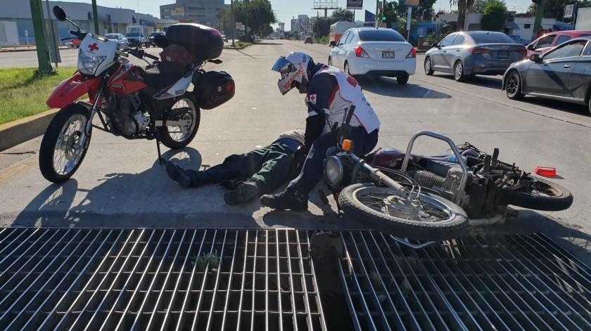 Vuelca motociclista al caer en alcantarilla averiada en bulevar Luis Encinas(Jorge López)