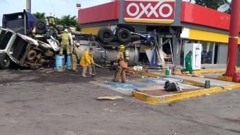 Protección civil del estado trabaja en el lugar del incidente.