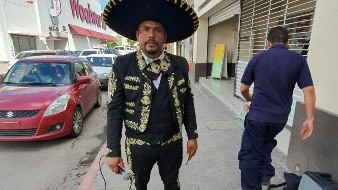 Hondureño canta las rancheras como buen mexicano