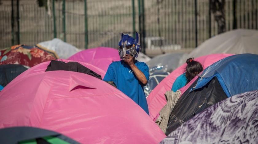 Cientos de migrantes arriban a Tijuana para cruzar a EU.