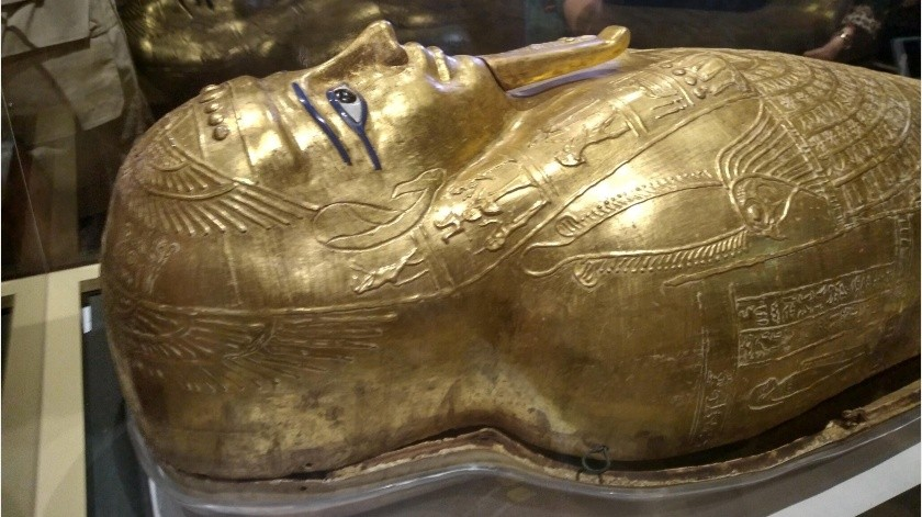 Un sarcófago dorado de unos 2000 años de antigüedad ha sido traído de vuelta a Egipto esta semana y fue expuesto hoy, martes, en el Museo de la Civilización como muestra de una victoria de las autoridades del país que luchan por repatriar las piezas arqueológicas saqueadas y repartidas por todo el mundo.(EFE)