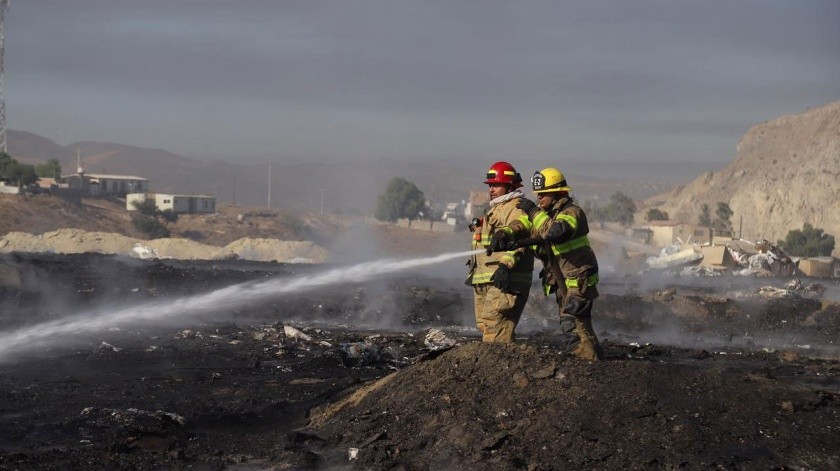 Bomberos de seis estaciones sofocaron las llamas.(Sergio Ortiz)