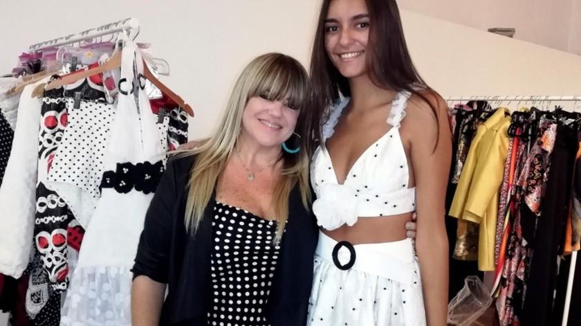 La artista Lisa Thon posa con una modelo antes de desfilar en la I Pasarela Latinoamericana que se celebra en la Casa de América de Madrid los días 1 y 2 de octubre.(EFE)