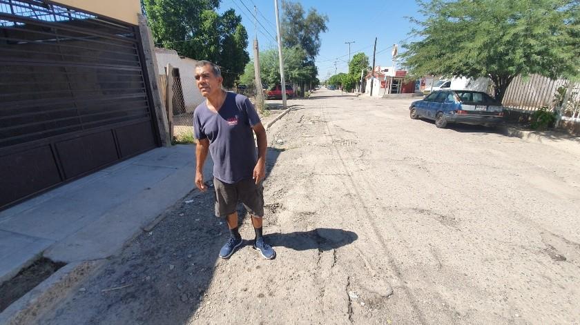 Cervando Figueroa reportó que la calle se encuentra destruida.(Gamaliel González)
