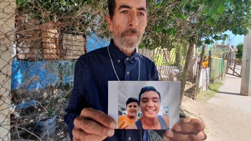 """El padre de Jonathan, a quien de cariño le llamaban """"Coquin"""", conserva como """"oro molido"""" las fotografías de su hijo.(Gamaliel González)"""