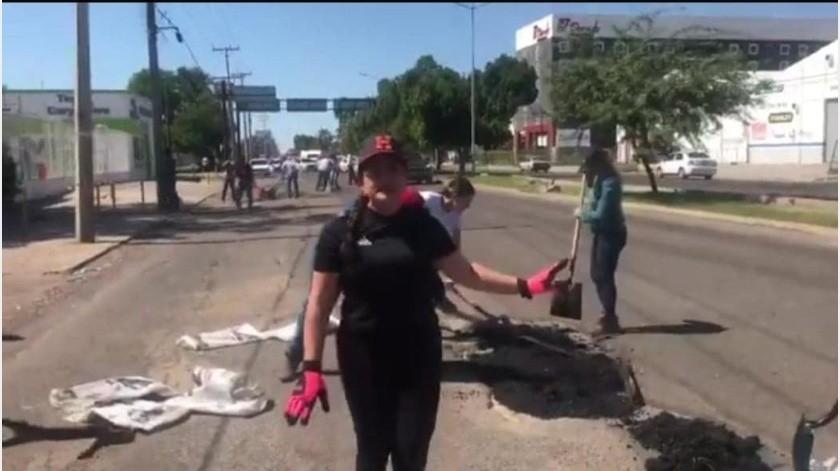La alcaldesa Célida López muestra en su difusión el carro de José y la llanta ponchada, aclara que le repararán el neumático dañado por baches a quienes no deban agua ni predial.(Twitter)