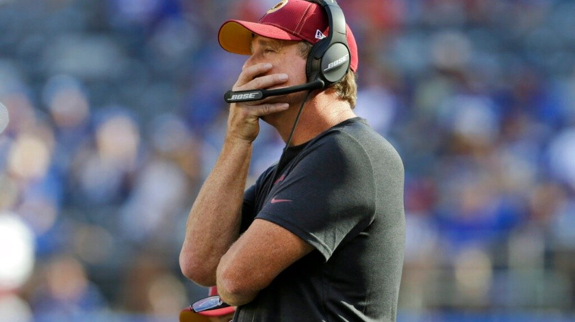 En imagen de archivo del 29 de septiembre de 2019, el entrenador en jefe de los Redskins de Washington, Jay Gruden, sigue las acciones del partido ante los Giants de Nueva York, en East Rutherford, Nueva Jersey.(AP)