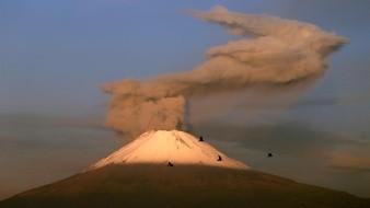 El volcán mexicano Popocatépetl, ubicado en el céntrico estado de Puebla, registró 6 explosiones y 153 exhalaciones durante las últimas 24 horas, informó este lunes el Centro Nacional de Prevención de Desastres (Conapred).