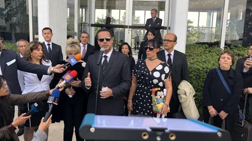 Los dos hijos mayores del cantante José José agradecieron al Gobierno de México su ayuda para lograr que parte de las cenizas del ídolo de la canción romántica vayan a reposar en su país y por el homenaje que este miércoles le brindarán los mexicanos en el Palacio de Bellas Artes.(EFE)