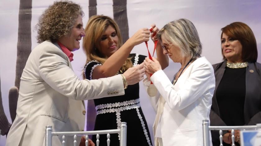 La gobernadora Claudia Pavlovich Arellano entregó la medalla de la Paz y la Concordia a la maestra Graciela Frías Ojinaga.(Julián Ortega)