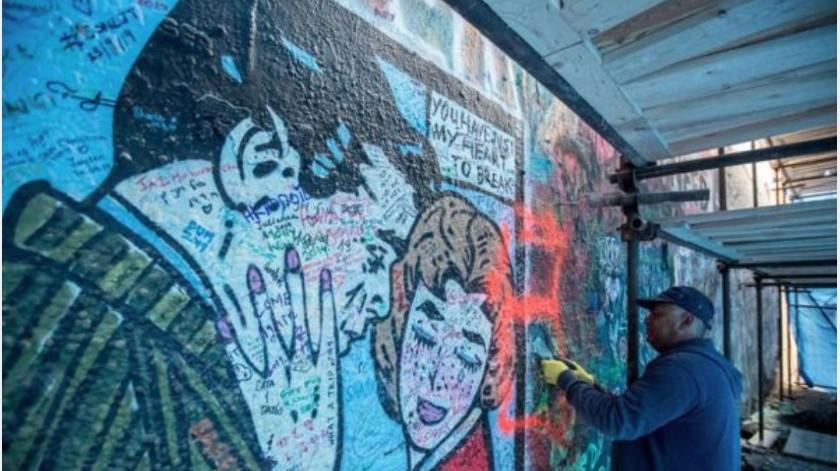 """El llamado """"Muro de John Lennon"""", único lugar del centro de Praga donde los grafiteros exponen su creatividad desde hace casi medio siglo, fue clausurado temporalmente debido al vandalismo de turistas.(Tomada de la red)"""