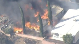 VIDEO: Casas rodantes son destruidas por incendio forestal en California