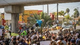 """Al grito de """"¡Kiko, paga! ¡Kiko, ladrón, no eres cimarrón!"""", cientos de estudiantes de UABC campus Tijuana se manifestaron dentro y fuera de la universidad para exigir al gobernador Francisco Vega de Lamadrid que liquide el adeudo de los mil 597 millones 457 mil 624 pesos."""