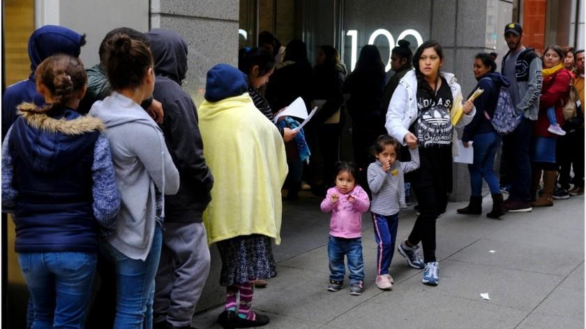 Los fallos del viernes suspenden la medida de negar green cards a inmigrantes dependientes de ayuda gubernamental en lo que se resuelven las demandas.(EFE)