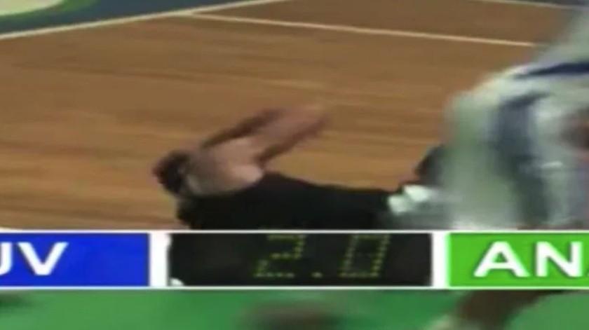 Basquetbolista sufre dramático golpe en pleno partido(Captura de video)