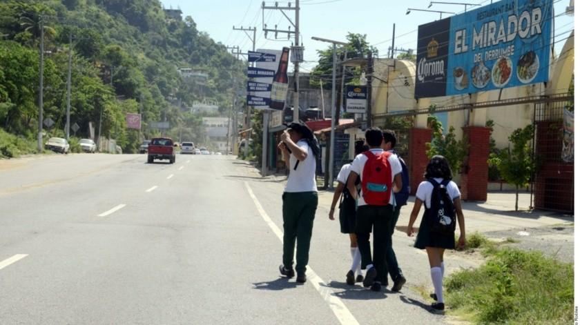 Al menos 200 mil habitantes de la zona poniente de Acapulco se quedaron ayer sin transporte público.(Agencia Reforma)