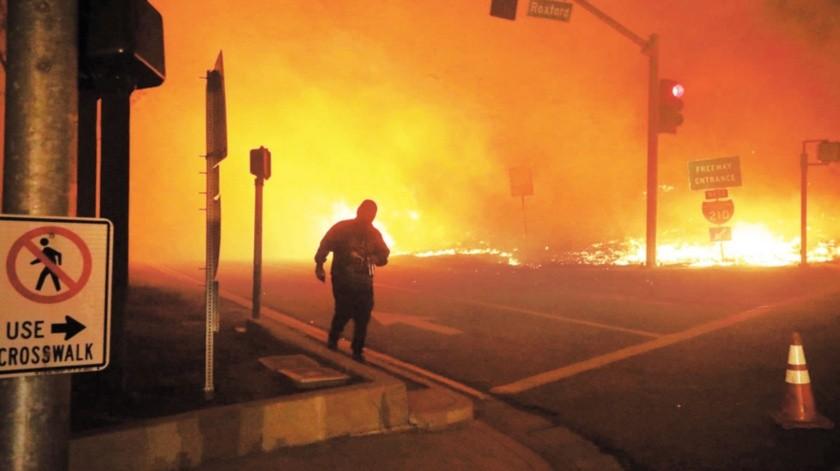 Una persona observa el incendio Saddleridge en Sylmar, California.