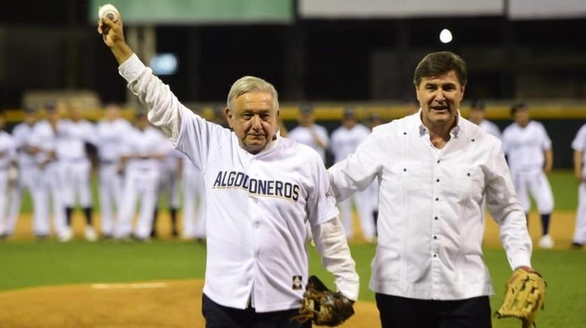 El presidente de México estuvo presente en el arranque de la serie entre Algodoneros de Guasave y Cañeros de Los Mochis.(Twitter)
