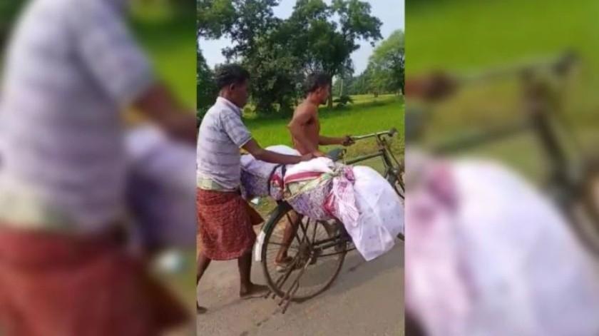 Los hermanos no tuvieron opción y llevaron el cuerpo de su hermana hasta un lugar de cremación.(India Today)