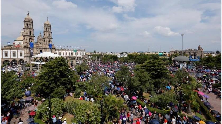 """La efigie sale de la Basílica de Zapopan en mayo para visitar los templos de Guadalajara en un ciclo conocido como """"La llevada de la Virgen"""".(EFE)"""
