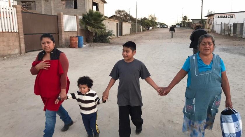 Karla Salazar pensó al iniciar el sábado en quedarse en casa, disfrutando un día familiar en la colonia Vicente Guerrero.(Ángel González)