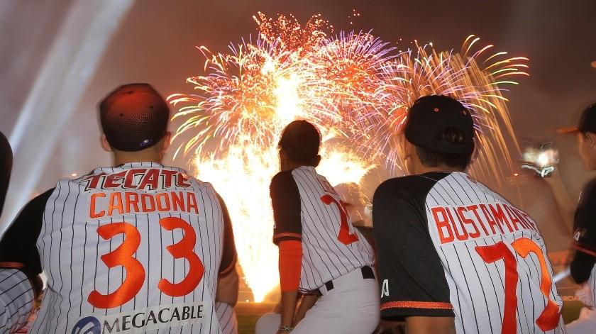 Los peloteros campeones del equipo Naranjeritos observan la pirotecnia(Eleazar Escobar)