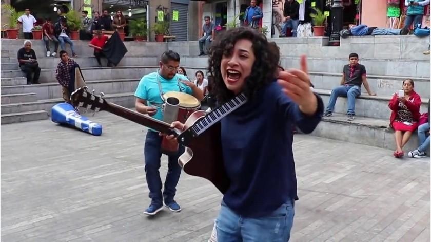 """La cantante Flor Amargo fue """"detenida"""" este sábado en el Metro de la Ciudad de México mientras interpretaba una canción a bordo de uno de los vagones.(Tomada de la red)"""