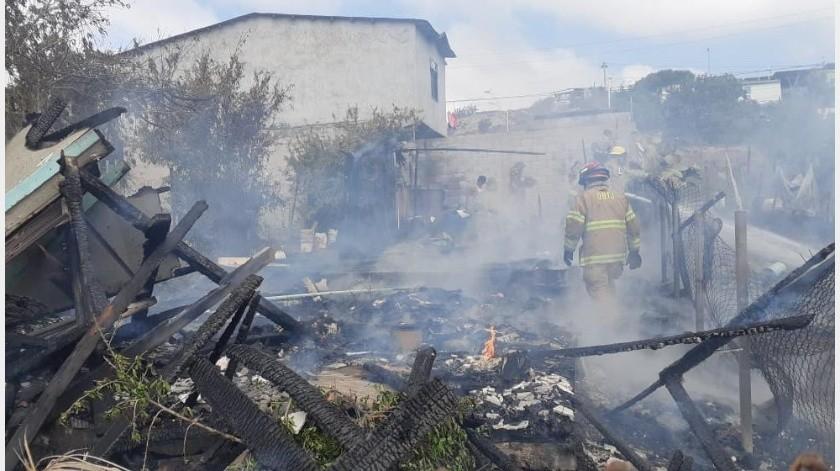 A las 10:00 horas, personal de la estación de Santa Fe acudió a la calle Loma Alta, en dicha colonia, donde se reportó el incendio de una vivienda, el cual se extendió rápidamente.(Cortesía)