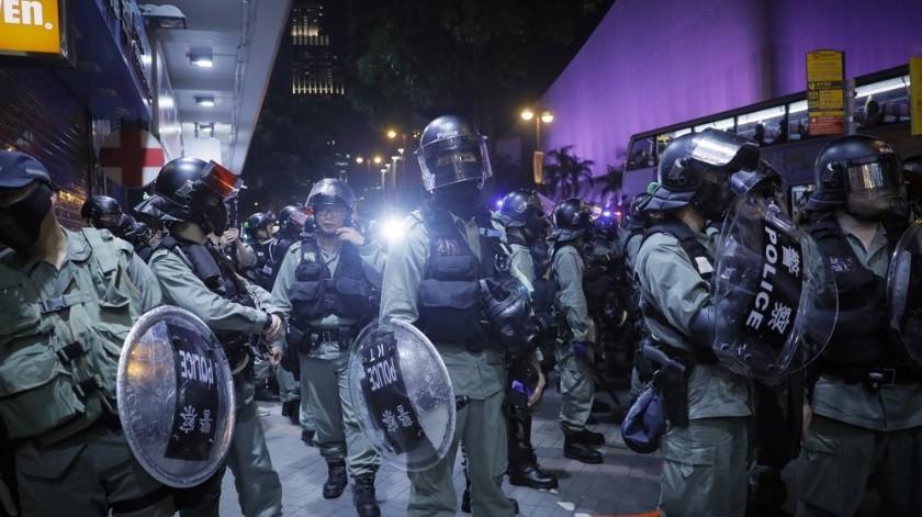 VIDEO: Manifestante derriba a policía con patada voladora en Hong Kong(AP)