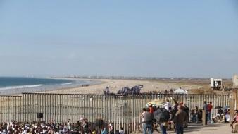Los participantes se colocaron en la línea divisoria, entre Tijuana y San Diego, a la altura de Playas de Tijuana.