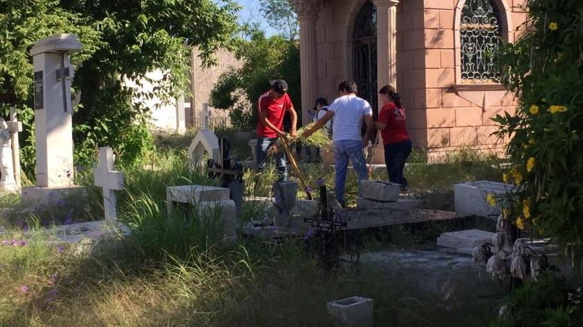 """Realizan """"Ecojóvenes"""" jornadas de limpieza en camposanto(Mayra Echeverría)"""