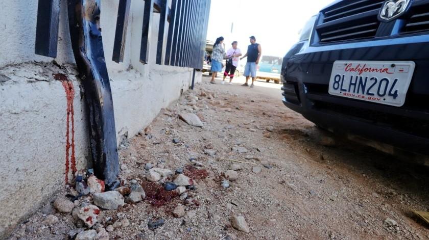 Camioneta prensa la pierna de una mujer contra cerco en tianguis(José María Cárdenas)
