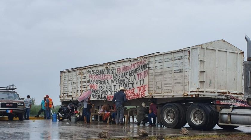 Pese a lluvia, Yaquis mantienen bloqueo carretero(GH)