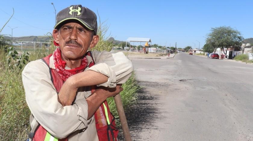"""Tomás, el """"tapa baches"""" ciudadano, tendrá empleo temporal(Teodoro Borbón)"""