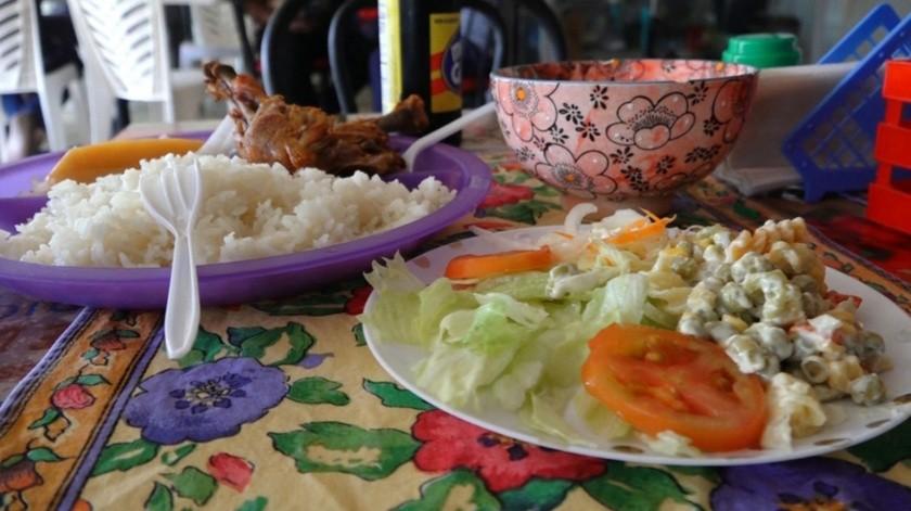 Pollo, arroz y ensalada es parte de su dieta.