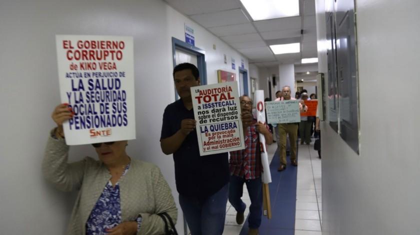 Los maestros portaron carteles contra el Gobernador.(Sergio Ortiz)