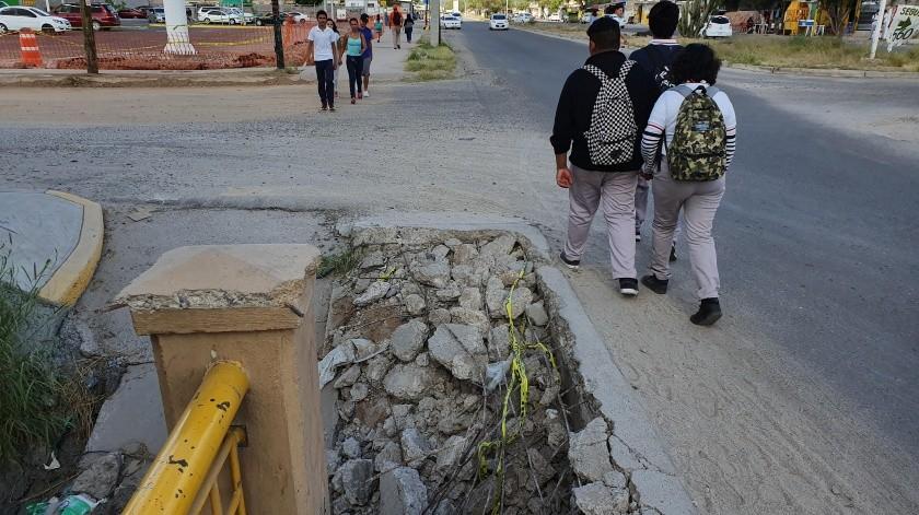 Una trampa para peatones y automovilistas es la que hay en bulevar Agustín Zamora y Enguerrando Tapia, a la entrada de Villa Verde. La banqueta peatonal se derrumbó y las personas tienen que pasar por el carril de circulación o cruzar el arroyo.(Julián Ortega)