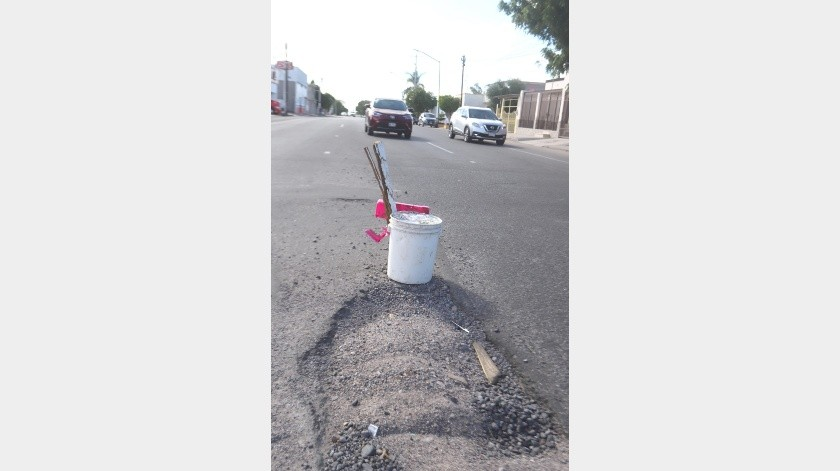 Los botes y cintas rojas se han vuelto de los señalamientos más socorridos por los ciudadanos como este que está por la calle Mendoza, en la colonia Olivares.(Teodoro Borbón)