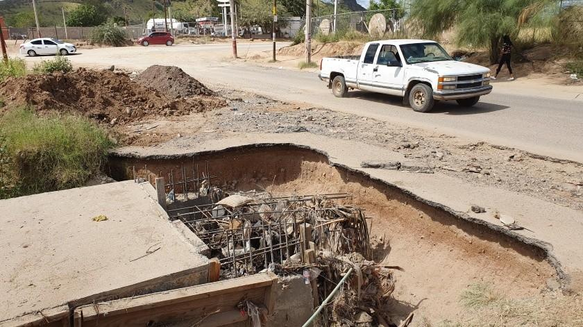 En bulevar Luz Valencia y Antonio Quiroga dejaron inconclusas las obras de embovedamiento de un arroyo y no hay señalamientos preventivos.(Julián Ortega)