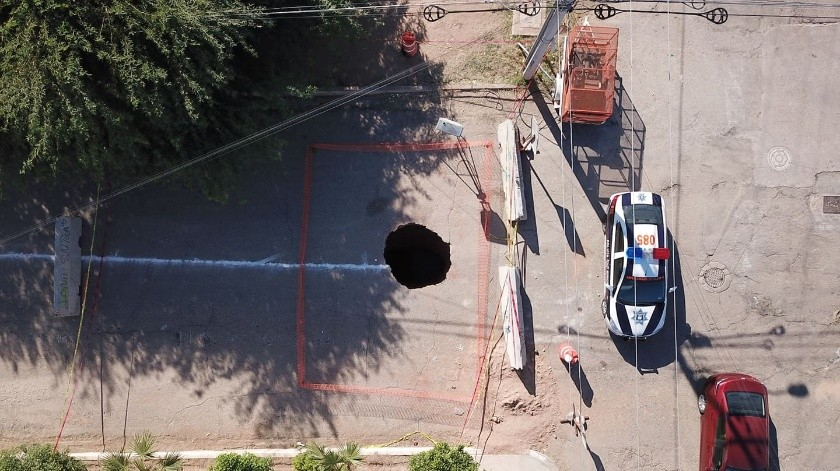 La noche del 14 de octubre se tuvo un reporte de que una persona había caído a un enorme socavón en la colonia Sonacer de Hermosillo y había desaparecido.