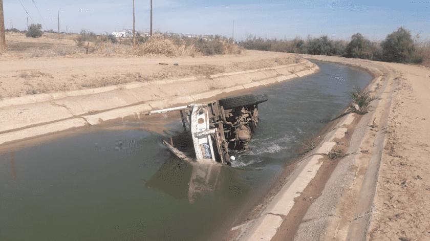 Persecución termina con un auto en un canal(Cortesía)